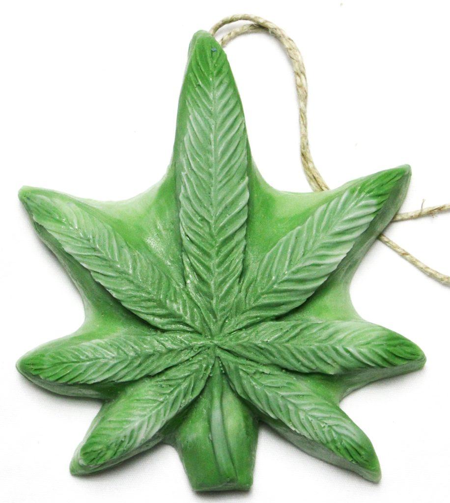 """Tu as peut-être l'opportunité de partager des moments cannabis avec ta propre mère. Tout le monde n'a pas cette chance. Mais si ta mère – ou la mère de tes enfants ! – est une hippie qui aime s'enfumer à l'occasion, oublie les cadeaux de fête des mères vus et revus et propose-lui quelque chose dans le thème!  Tous ces cadeaux dans cette liste n'ont pas un effet psychotrope, même s'ils ont tous un lien avec la weed. Il y en a pour tous les goûts et toutes les situations !  Les boucles d'oreille, le dernier Goncourt… Tout ça finit dans un placard. Fais-lui un cadeau unique dont elle se souviendra encore l'année d'après. Voici nos idées !  1. Le savon """"Dope On A Rope""""  Bon, d'accord, offrir du savon à quelqu'un, c'est prendre le risque de lui signifier « tu pues » sans le vouloir. Mais celui-ci devrait faire le bonheur de tous les stoners.  Le savon Dope On A Rope est fait avec de l'huile de chanvre, de sorte qu'une amatrice de cannabis devrait apprécier l'odeur et la sensation. Et puis on dirait vraiment de la weed.  Ce cadeau est très abordable : moins de 5 euros. En outre, il est légal dans à peu près tous les pays du monde. 2. Son propre jardin cannabique  Sans doute l'un des meilleurs cadeaux pour une mère qui aime fumer de l'herbe. Elle déteste probablement dépenser de l'argent pour ça. Alors, offre-lui l'opportunité de faire son propre jardin - avec des meilleures graines parmi les meilleures au monde. Tu peux compléter les graines avec un planificateur de culture qui l'aidera à organiser l'ensemble du processus.  Tu peux déjà faire germer les graines, les planter dans de petits pots et les présenter les jeunes pousses qui en résulte à Môman, avec de beaux  rubans enroulés autour. Si ta mère aime les fruits, tu lui planter la Papaya, douce et agréable. Si elle est branchée Girl Power, pourquoi ne pas offrir de la New Purple Power? Et si elle est le genre romantique, alors de la Northern Lights devrait faire son bonheur.  3. Un livre de coloriage  Si ta mère a un"""